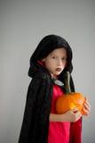 Tudo Hallows a véspera A idade do menino vestiu-se em um traje para Dia das Bruxas Foto de Stock