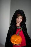 Tudo Hallows a véspera A idade do menino vestiu-se em um traje para Dia das Bruxas Imagem de Stock