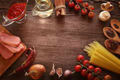 Tudo na tabela de madeira para a preparação italiano agudo sa imagens de stock royalty free