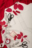 Tudo para costurar - tela, testes padrões e acessórios costurar Fashio Fotografia de Stock Royalty Free