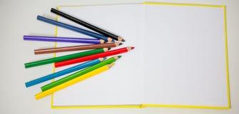 Tudo para a faculdade criadora das crianças, lápis, tesouras, papel colorido fotos de stock royalty free