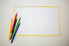 Tudo para a faculdade criadora das crianças, lápis, tesouras, papel colorido foto de stock