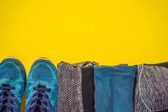 Tudo para a turquesa dos esportes, m?scaras azuis em um fundo amarelo Esteira da ioga, sapatas sportswear do esporte e garrafa de imagem de stock royalty free