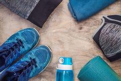 Tudo para a turquesa dos esportes, m?scaras azuis em um fundo de madeira Esteira da ioga, sapatas sportswear do esporte e garrafa foto de stock royalty free