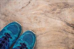 Tudo para a turquesa dos esportes, m?scaras azuis em um fundo de madeira Esteira da ioga, sapatas sportswear do esporte e garrafa imagens de stock