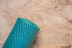 Tudo para a turquesa dos esportes, m?scaras azuis em um fundo de madeira Esteira da ioga, sapatas sportswear do esporte e garrafa fotos de stock