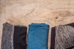 Tudo para a turquesa dos esportes, m?scaras azuis em um fundo de madeira Esteira da ioga, sapatas sportswear do esporte e garrafa imagem de stock