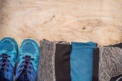 Tudo para a turquesa dos esportes, m?scaras azuis em um fundo de madeira Esteira da ioga, sapatas sportswear do esporte e garrafa fotos de stock royalty free