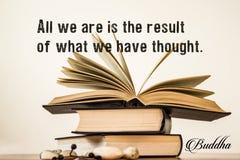 Tudo que nós somos é o resultado do que nós pensamos buddha Abra o livro em um fundo claro imagem de stock royalty free