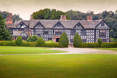 Tudor庄园住宅 免版税图库摄影