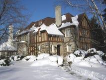 Tudor Arthaus mit Eiszapfen stockfotografie