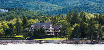Tudor Bed och frukost på kust av Maine Royaltyfri Bild