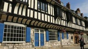 Tudor Buildings - stad av York - England stock video
