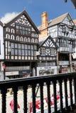 Tudor byggnader överbryggar in gatan. Chester. England royaltyfria foton