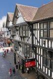 Tudor byggnader i den Eastgate gatan. Chester. England royaltyfri foto