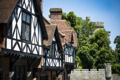 Tudor byggnader i ljust solsken vid Arundel rockerar Arkivbild