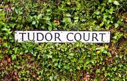 Tudor Court unterzeichnen herein das Vereinigte Königreich lizenzfreies stockfoto