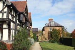 Tudor extérieur et un chemin images stock