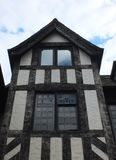 tudor Haus mit schwarzen Bauhölzern stockfoto