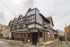 Tudor House et jardin photographie stock libre de droits