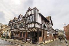 Tudor House u. Garten lizenzfreie stockfotografie