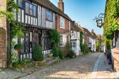 Tudor Houses sur une rue pavée en cailloutis image stock