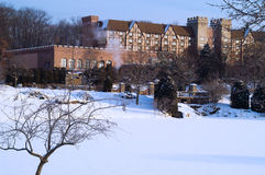 Tudor Landsitz in einem Winter-Morgen Stockfotos