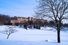 Tudor Landsitz in einem Winter-Morgen Stockbilder