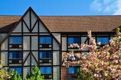 Tudor Landsitz im Frühjahr Stockbilder