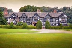 Tudor mangårdsbyggnad royaltyfri fotografi