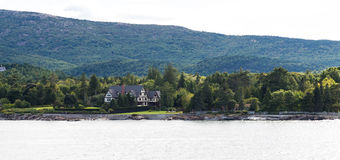 Tudor Mansion massif sur la côte verte de Maine photo stock