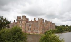 Tudor Schloss mit Burggraben Lizenzfreie Stockfotos