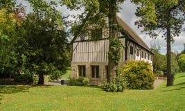 Tudor Styled English House fijó dentro de jardines maduros imagen de archivo libre de regalías