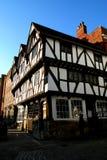 Tudor timmer inramat hus. Arkivbild