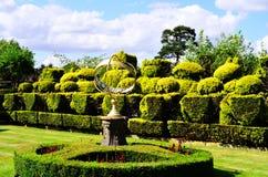 Tudor Topiary Chess Set y reloj de sol de la esfera armilar Fotos de archivo libres de regalías