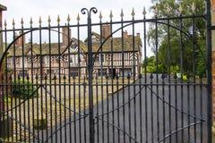 Tudoren Façade, omfattande trädgårdar och jordning av Adlington Hall i Cheshire Royaltyfria Foton