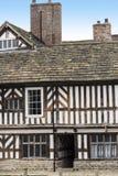 Tudoren Façade, omfattande trädgårdar och jordning av Adlington Hall i Cheshire Arkivfoto