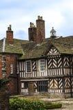 Tudoren Façade, omfattande trädgårdar och jordning av Adlington Hall i Cheshire Arkivbilder