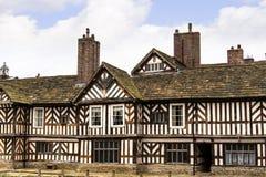 Tudoren Façade, omfattande trädgårdar och jordning av Adlington Hall i Cheshire Fotografering för Bildbyråer