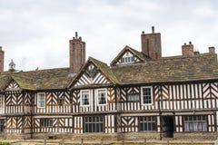 Tudoren Façade, omfattande trädgårdar och jordning av Adlington Hall i Cheshire Arkivfoton