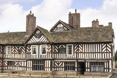 Tudoren Façade, omfattande trädgårdar och jordning av Adlington Hall i Cheshire Royaltyfri Fotografi