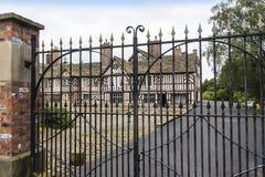 Tudoren Façade, omfattande trädgårdar och jordning av Adlington Hall i Cheshire Royaltyfri Bild