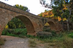 Πέτρινη γέφυρα πέρα από τον ποταμό Tuejar στοκ φωτογραφία με δικαίωμα ελεύθερης χρήσης