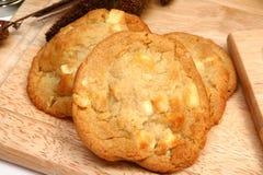 Tuerca de macadamia y galletas blancas del chocolate Imágenes de archivo libres de regalías