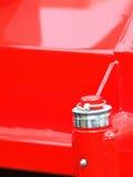 Tuerca de tornillo en la maquinaria industrial del detalle rojo de la placa de acero Imagen de archivo