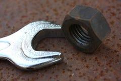 Tuerca y llave Fotos de archivo libres de regalías