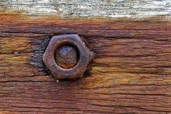 Tuerca y tornillo oxidados en la madera Imagen de archivo libre de regalías