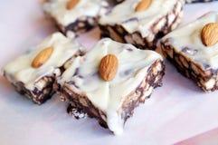 Tuercas blancas y oscuras del ingenio de las galletas del chocolate Foto de archivo libre de regalías
