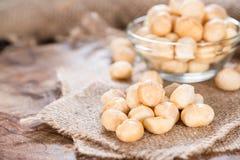 Tuercas de macadamia asadas Fotos de archivo libres de regalías