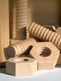 Tuercas de madera - y - tornillos Fotos de archivo libres de regalías